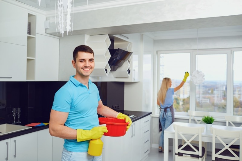 coppia marito e moglie fanno pulizie di primavera uomo donna