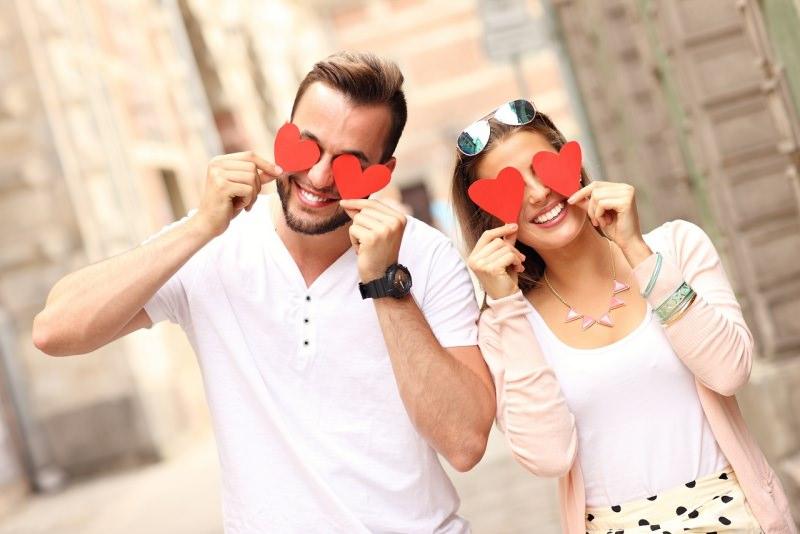 giovane sorridente coppia uomo donna cuori occhi