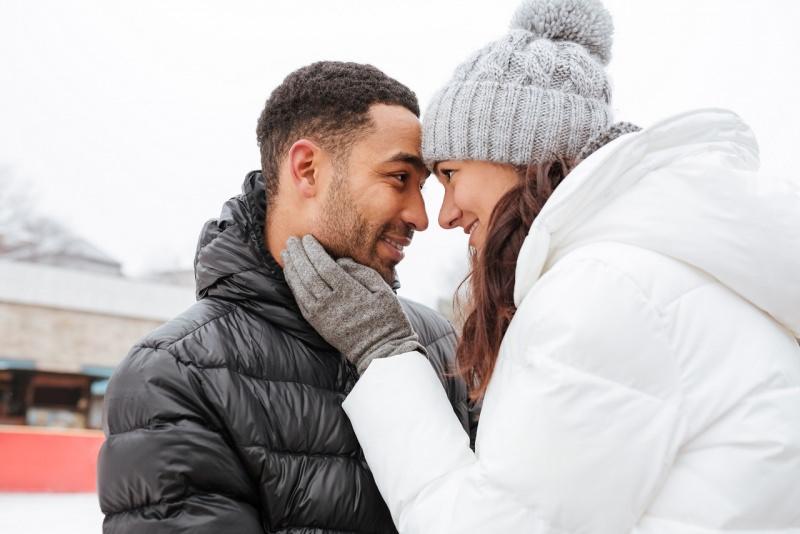 innamorati inverno carezza sorriso san valentino