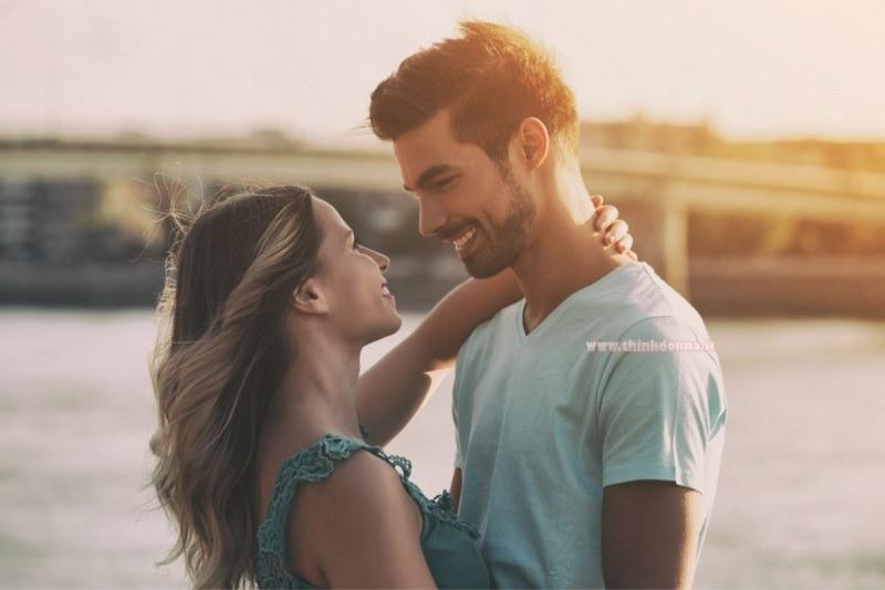 coppia felice uomo donna sorrisi sole amore