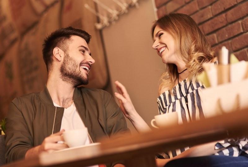 uomo sorridente incontra donna bar caffè conquistare conoscere seduzione
