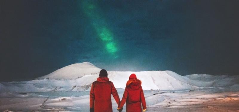 coppia innamorati osserva aurora boreale cielo stellato viaggi san valentino