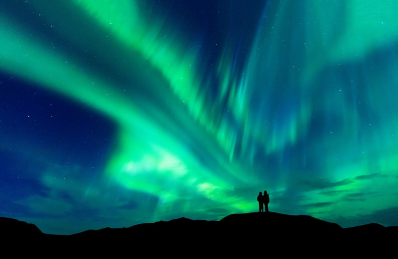 innamorati osservano aurora boreale viaggi san valentino