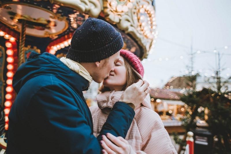 amanti coppia uomo donna innamorati bacio giostre