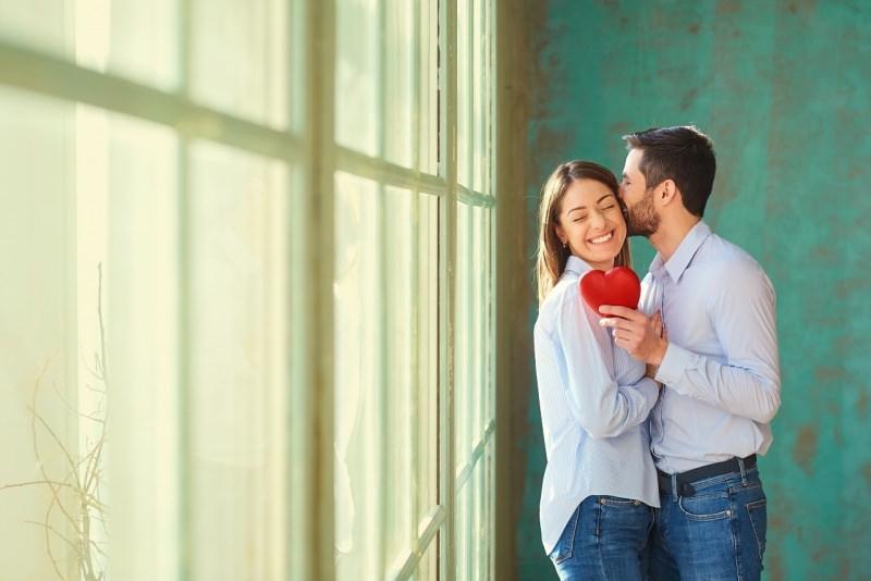 coppia innamorati cuore san valentino bacio