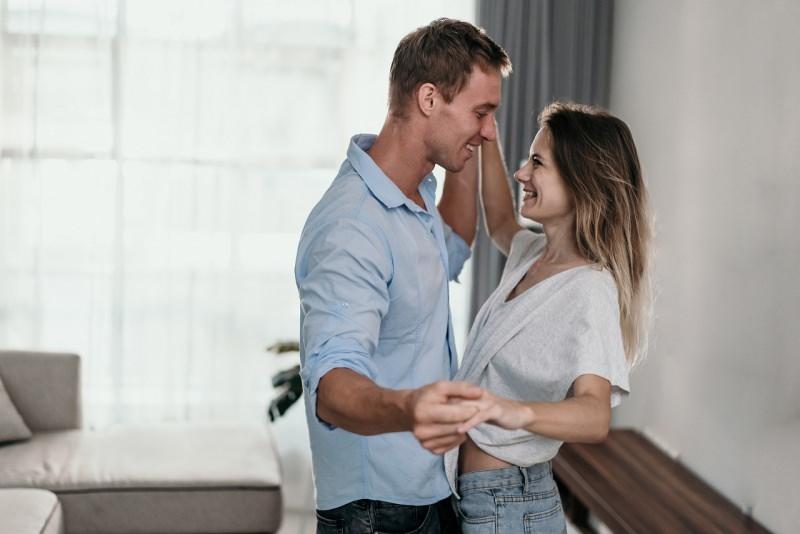 giovane coppia sorride e balla divani