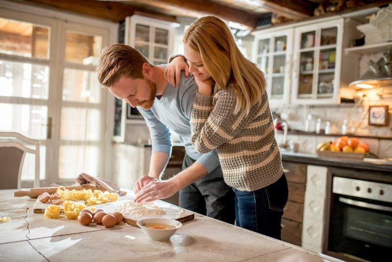 giovane coppia complicità in cucina