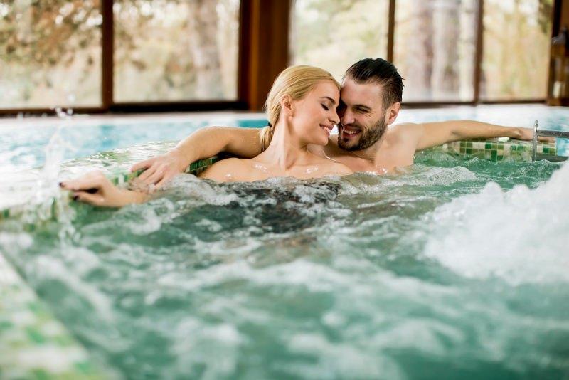 innamorati si rilassano vasca centro benessere SPA relax