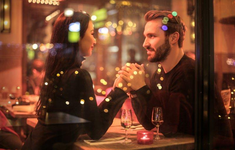 cena romantica per dure coppia uomo donna innamorati si tengono pe mano