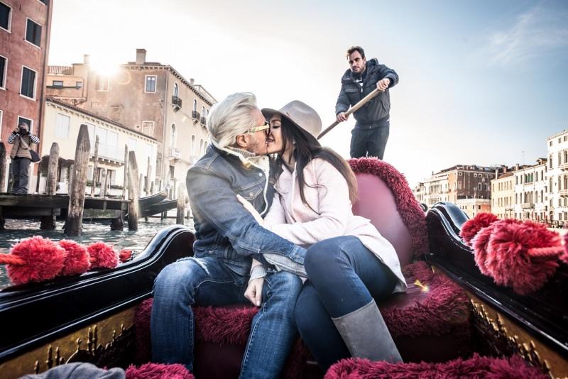 innamorati su gondola venezia bacio