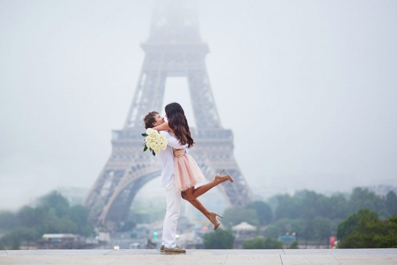 coppia innamorati Parigi Tour Eiffel abbraccio