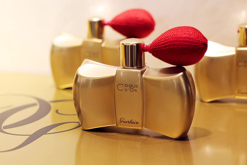 guerlain coche d'or perfumed shimmer powder polvere glitterata profumata flacone vetro oro erogatore rosso spray