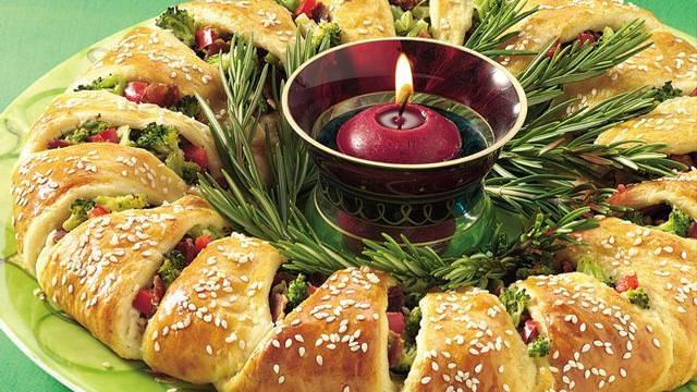 torta salata verdure broccoli peperone rosso formaggio semi di sesamo menu di natale corona antipasto di natale centrotavola natalizio rosmarino fresco candela rosso bordeaux vasetto porta candela fuoco fiamma accesa