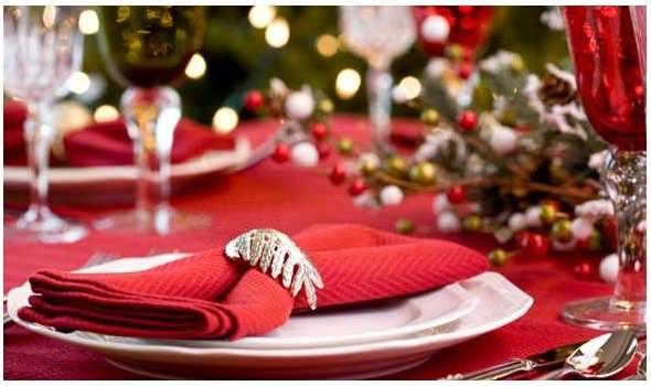 tavola festa natale bicchieri cristallo tovaglia rossa albero di natale segnaposto tovagliolo natale capodanno