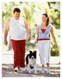 Consigli per dimagrire camminando uomo obeso canotta bianca donna cane parco