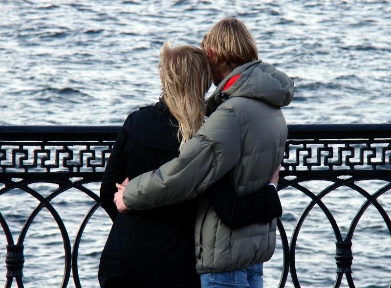 Scopri quand'è la giornata dell'abbraccio coppia amore mare Hug Day National Hugging Day