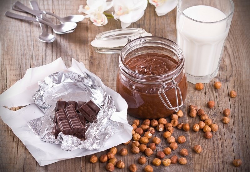 crema cioccolato fondente fatta in casa nocciole barattolo vetro coperchio ermetico fiori orchidea