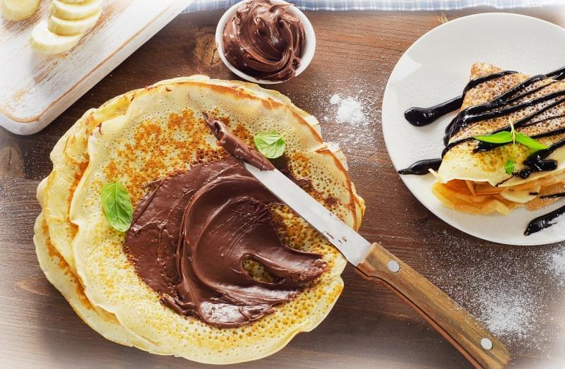 farcire crêpes nutella crema spalmabile nocciole tagliere coltello rondelle banana