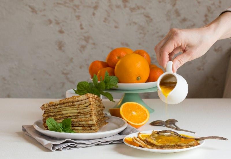 crêpes suzette dessert arancia succo mano donna versa salsiera