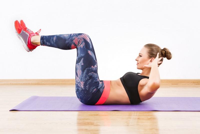 donna fa esercizio fisico crunch inverso