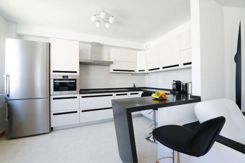 cucina moderna bianco nera frigorifero pulizia arredamento