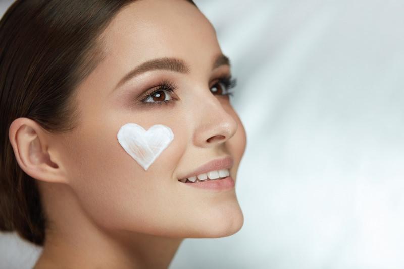 viso donna bella crema sulla pelle a forma di cuore