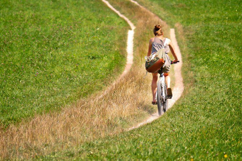 mountain bile donna strada campagna erba prato