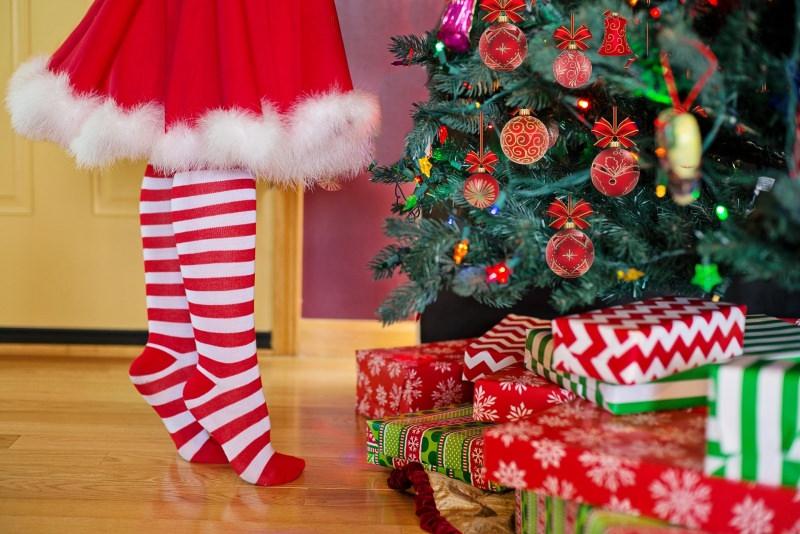 decorazioni natalizie calze bianco rosso regali sotto albero natale