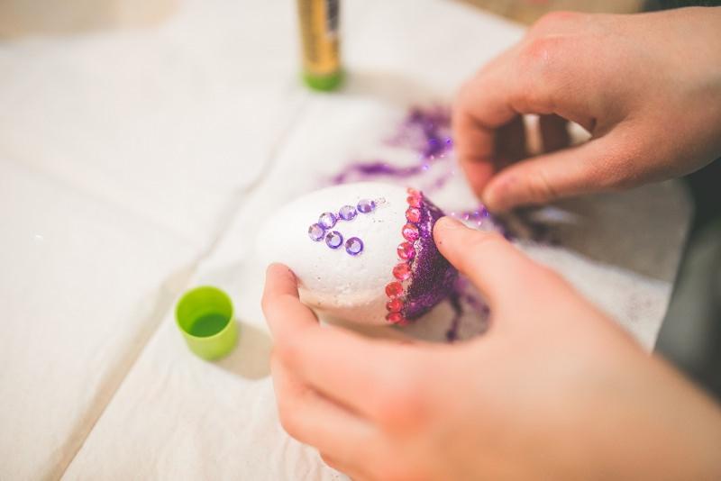 decorazione uovo pasqua con strass e nastro