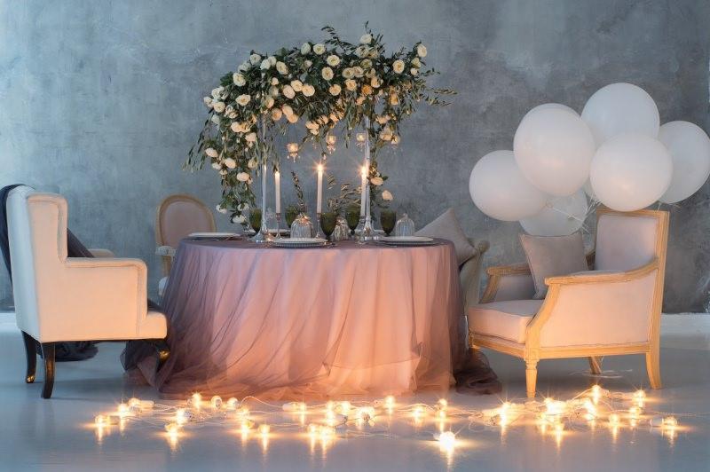 decorazioni tavolo san valentino tavola apparecchiata bouquet fiori composizione palloncini bianchi