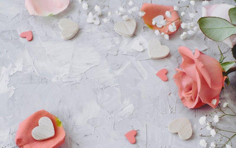 decorazione tavola san valentino cuori petali rose boccioli rosa fiori bianchi Gypsophila