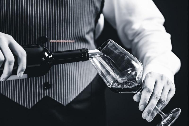 vino rosso versato nel calice degustazione