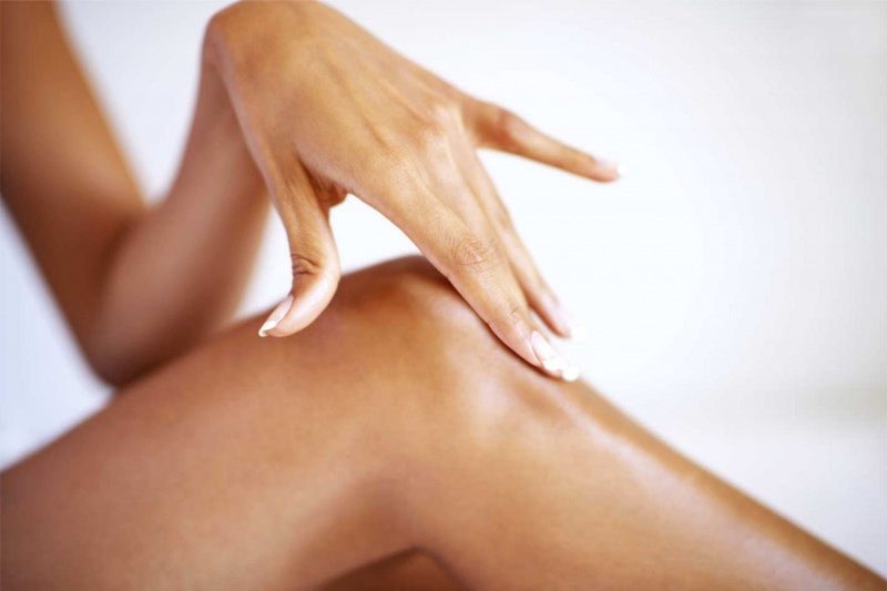 Epilazione totale: funziona davvero pelle liscia depilata corpo donna gambe mano braccia