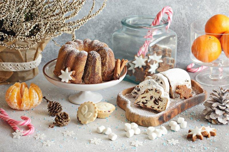 dolci biscotti dessert tavola apparecchiata a festa di natale pianta erica bianca mandarino arance bastoncini di zucchero