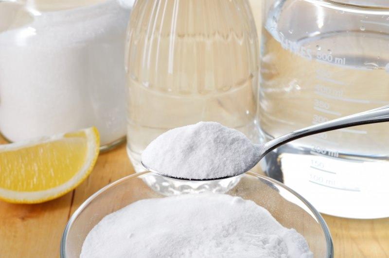 prodotti pulizia ecologici naturali cucchiaio bicarbonato di sodio aceto bianco limone