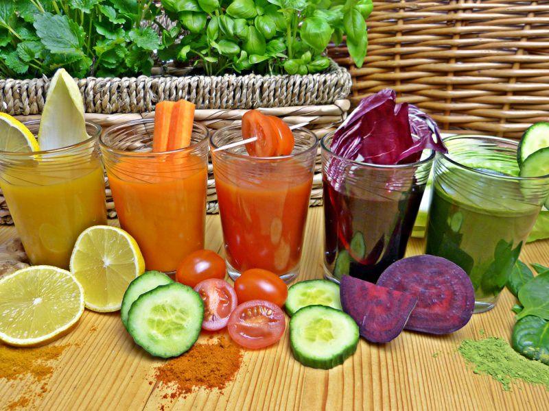 Dieta detox dimagrante dopo le vacanze centrifugati frullati smoothie carota pomodoro limone radicchio bicchieri