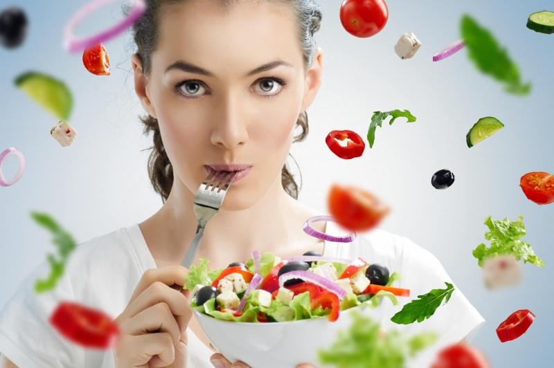dieta detox disintossicante frutta verdure donna capelli raccolti occhi neri castani forchetta ciotola insalata cipolla pomodori peperoni cetrioli