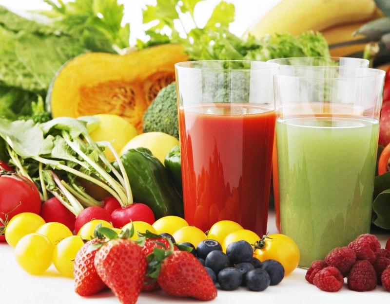 dieta detox sgonfiante disintossicante bicchieri vetro centrifugati spremute centrifugato pomodoro fragole frutti di bosco sedano verza verdure frutta