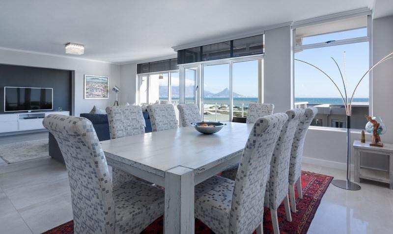 La sala da pranzo essenziale con personalità soggiorno luminoso