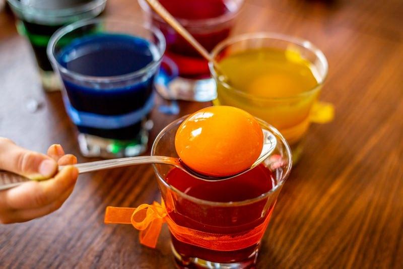 come colorare uova pasqua bicchiere cucchiaio