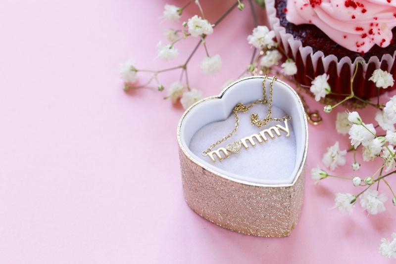 regalo festa della mamma collanina oro dolce caupcake fiori