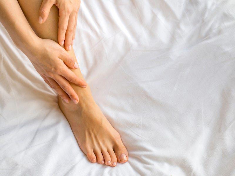 donna massaggia piede letto dolore