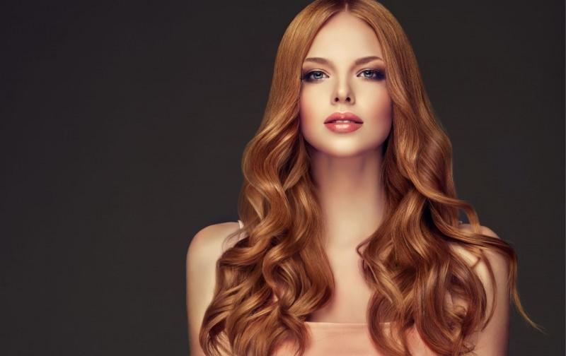 bellissima donna capelli lunghi belli lucenti ondulati rossi