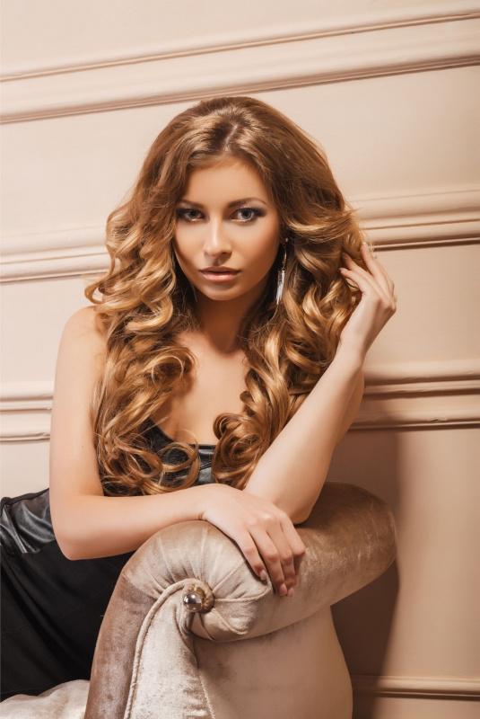 bellezza capelli luminosi donna seduta divano