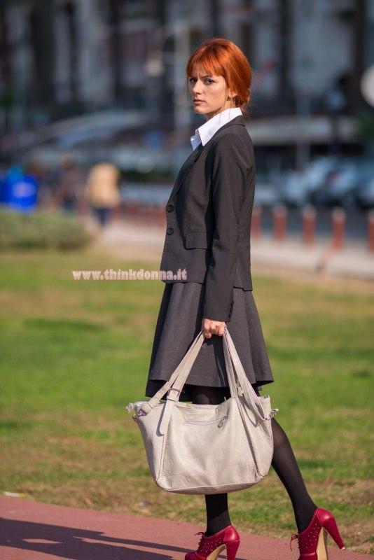 donna manager passeggia con borsa strutturata it bag