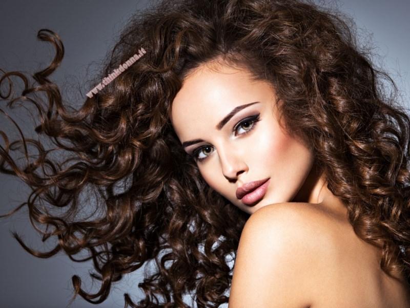 bellissima donna capelli ricci morbidi bellissimi naturali