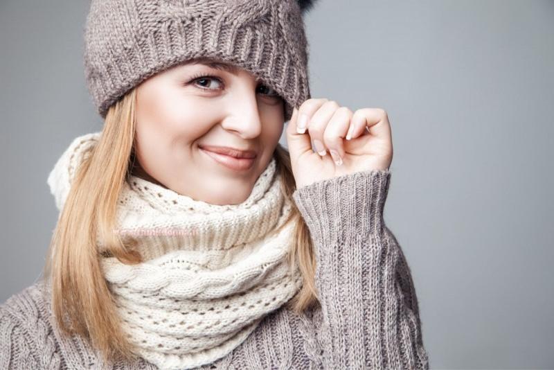 viso donna capelli biondi occhi verdi berretto cappello di lana sciarpa maglione