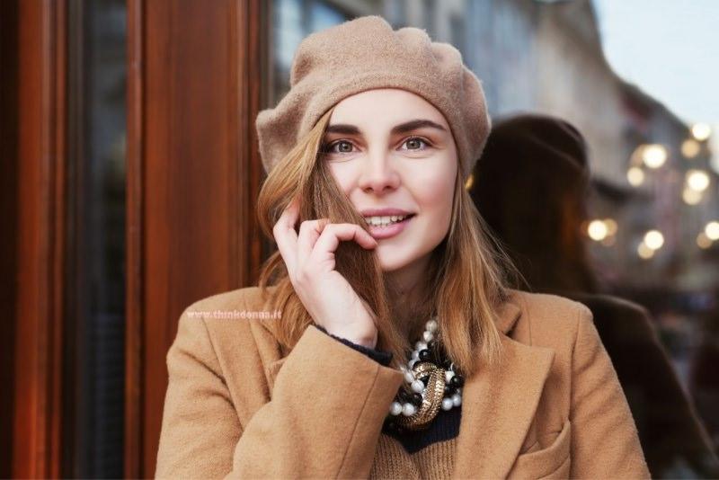 viso donna berretto cappello colore cammello parla con lo smartphone