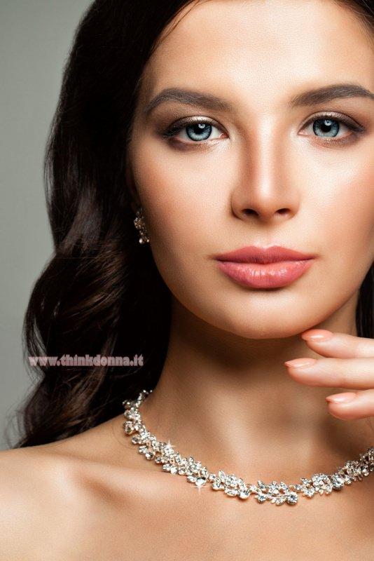 donna con gioielli diamanti capelli castano scuro occhi azzurri