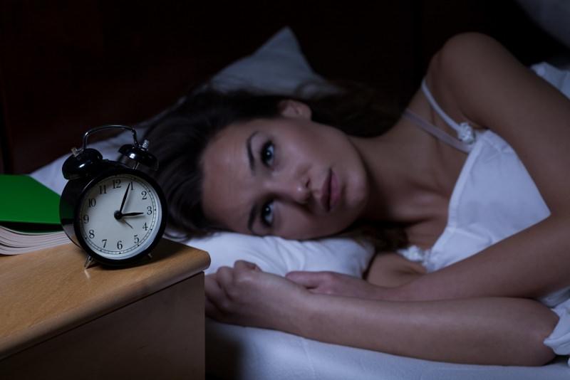 donna che soffre di insonnia letto sveglia